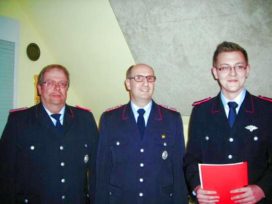 Übernahme von Simon Siebert (rechts) von der Jugendfeuerwehr in die Feuerwehr.