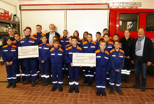 Vermessungsbüro Reinecke & Geries unterstützt mit 1000 Euro die Jugendarbeit der freiwilligen Feuerwehren in zwei Seesener Ortsteilen.